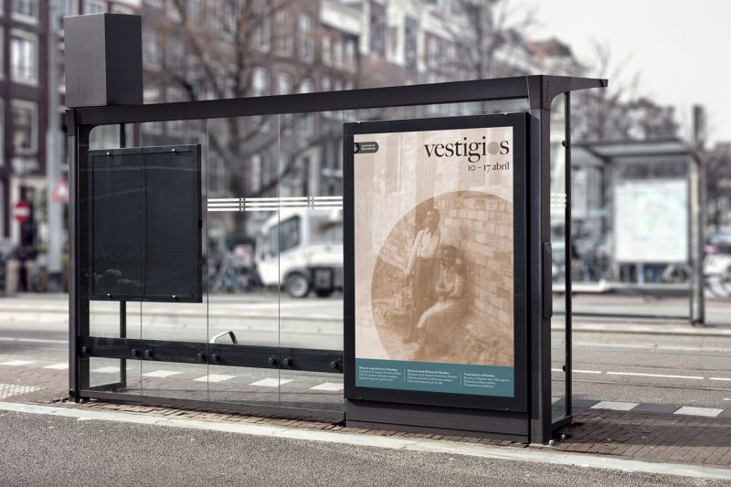 Graphic application of the identity of Vestigios. Poster in a bus stop.